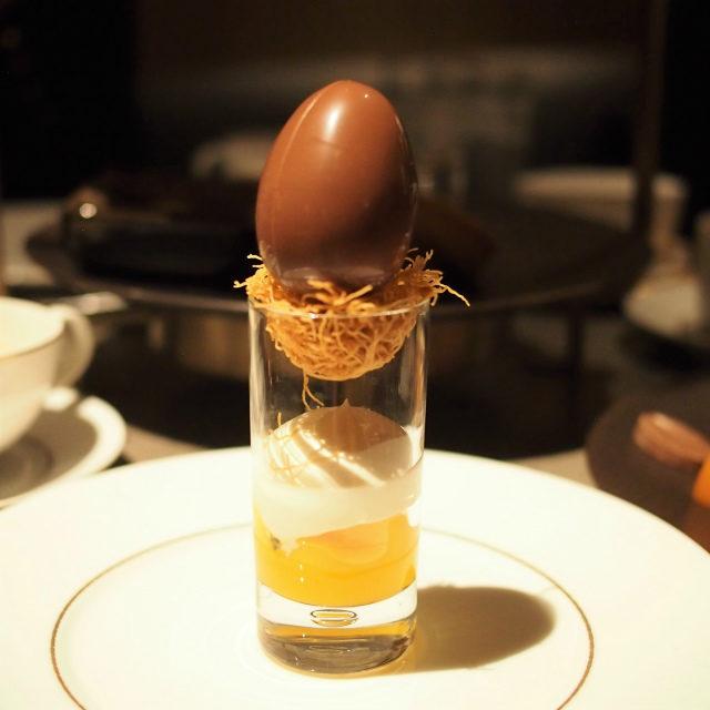 マンゴーと卵マンゴーにパッションフルーツを合わせココナッツのクレームモンテをのせたヴェリーヌ。カダイフ(麺状の生地)が鳥の巣みたいで可愛い♡