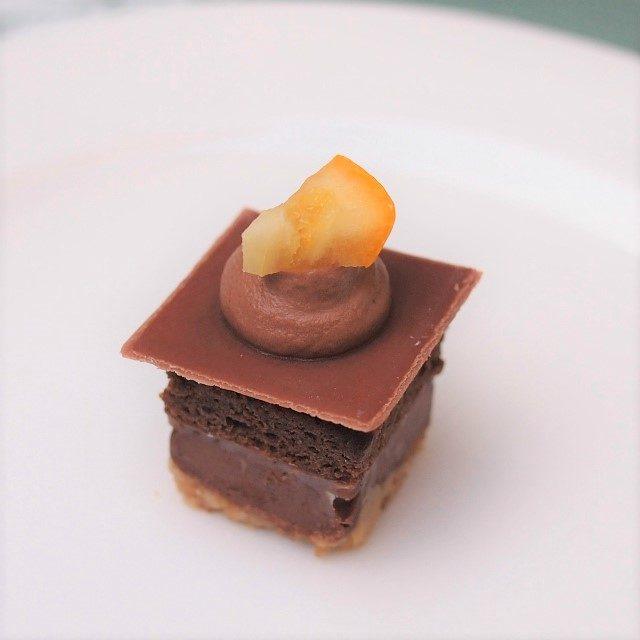 チョコレートケーキ・オレンジのアクセント