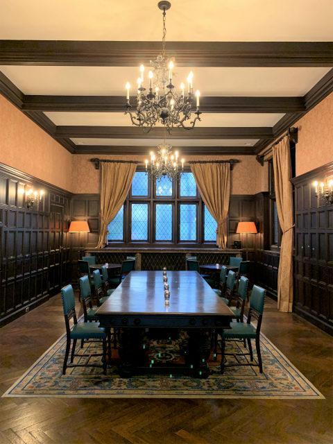 こちらはグランドサロン。食堂として使われていたお部屋で、真ん中のテーブルは小笠原伯爵家は実際に使っていたものだそう!