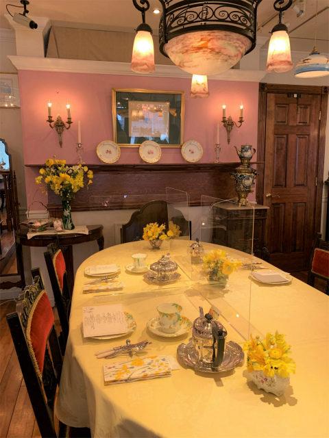 アンティークス ヴィオレッタの店内。イースターアフタヌーンティーのテーマカラーのイエローがクロスやお花にもたくさん使われています!
