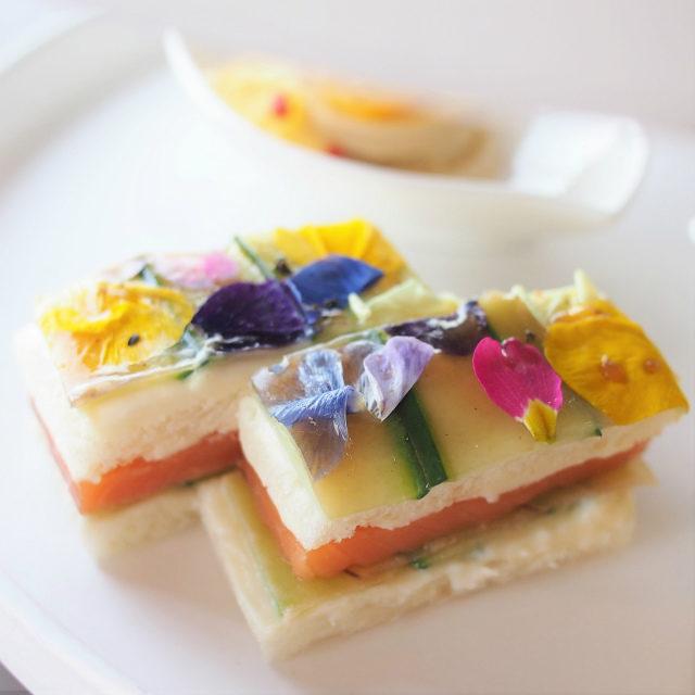 スモークサーモンとカマンベール 林檎のサンドイッチ 胡瓜とライチアールグレイ