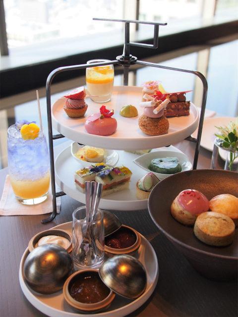 フォーシーズンズホテル東京大手町「ザ ラウンジ」スプリング&ティーアフタヌーンティー1人分のティースタンド。この他イチゴも付いてます。