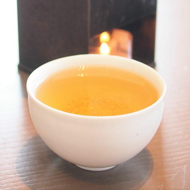 黒文字くろもじの木のお茶。ジンジャーとお花のような香りの華やかなお茶でした。