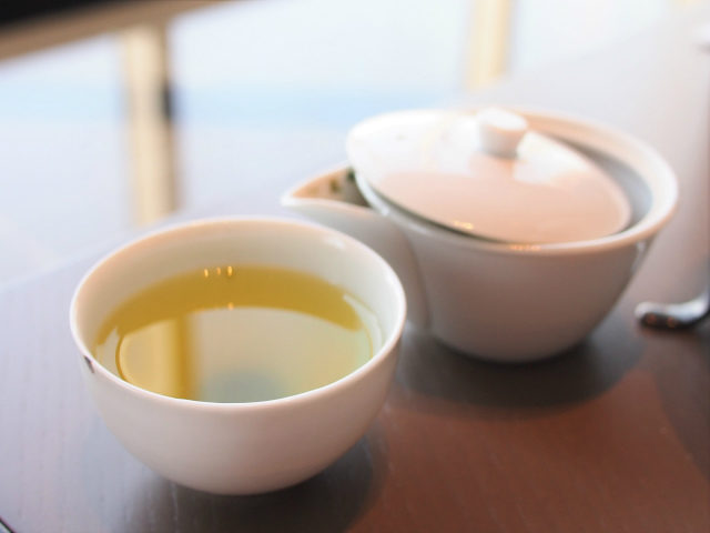 日本茶や紅茶はこちらの白い器