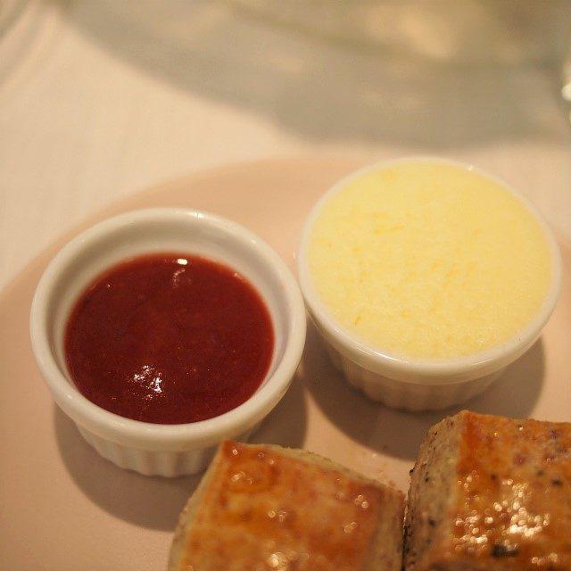 シェフ特製のイチゴジャムとクロテッドクリーム