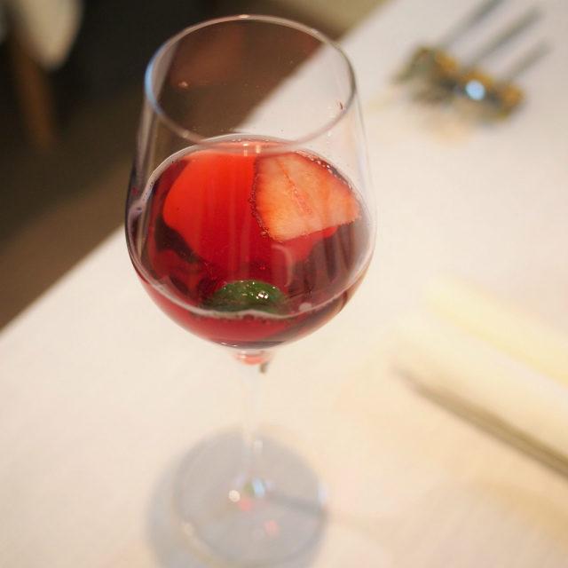 ノンアルコールのものはローズヒップと苺のモクテルでした。