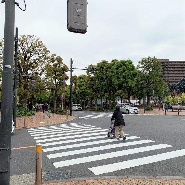 恵比寿駅のガーデンプレイス口へ出たら、交差点を左にわたります。