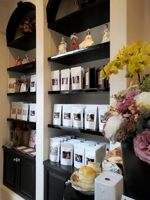 お店に入ると、まずは紅茶がずらり。紅茶教室が運営しているお店らしく、紅茶そのものの味わいが楽しめるシングルエステートの紅茶が多く取り揃えられています。