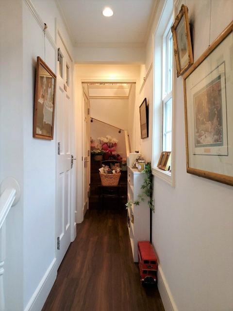 2階に続く廊下の脇にはジャムや調味料などの販売スペース。