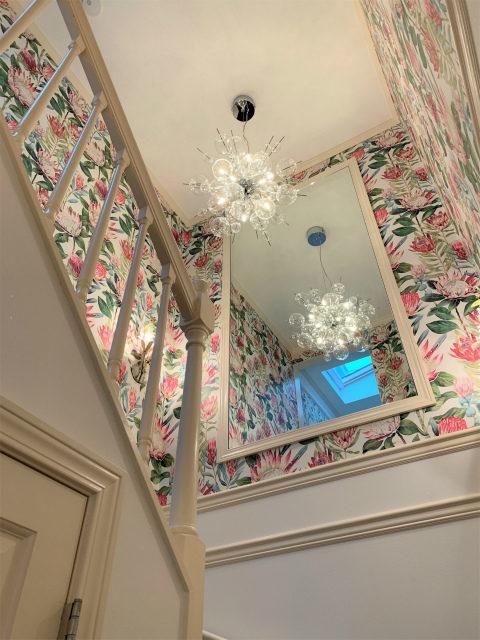 階段にはまたまたロブマイヤーのシャンデリアがありました!