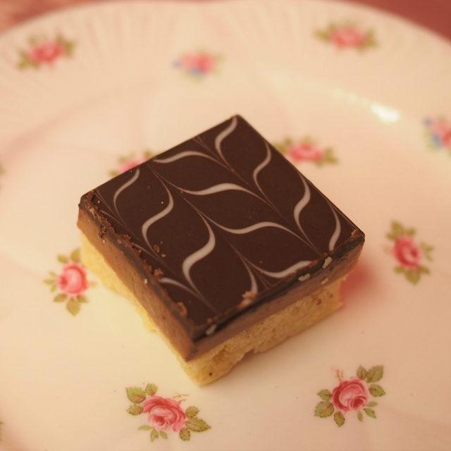 ミリオネアショートブレッド ショートブレッドの上にキャラメルとチョコレートを乗せた3層のリッチな焼き菓子