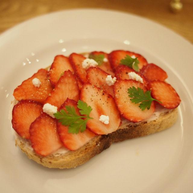 苺とクリームチーズのオープンサンド