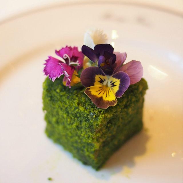 あんぽ柿とアプリコットのジャルダン風 緑茶シトロンヴェールエグジュベロンで香り付けしたスイーツ
