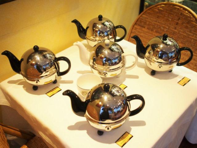 お茶はフリーフローで提供さるのですが、いつでもおかわりができるように、隣の席に紅茶が並べられていました。