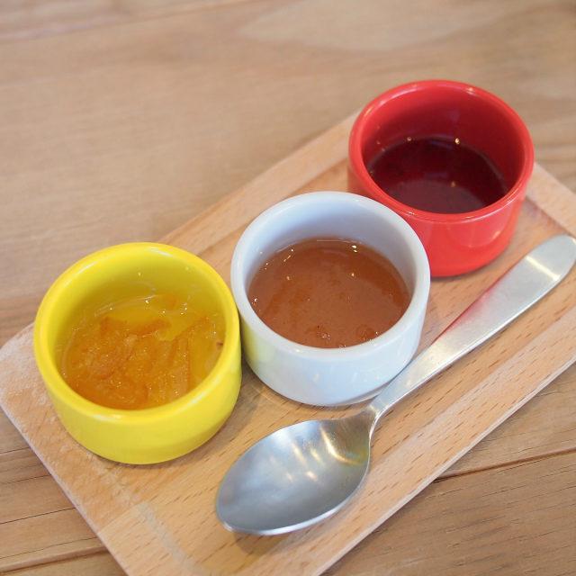 ジャムはパンケーキ用で左から柚子マーマレード、アップルシナモン、メープルシロップです。