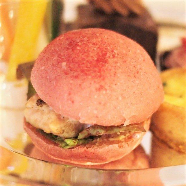 桜鱒のミニバーガー苺のタルタルソース