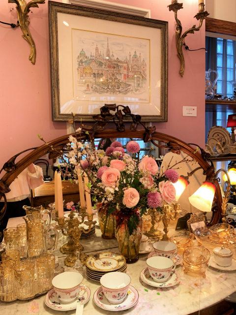 アンティークス ヴィオレッタの店内。ディスプレイも桜色で素敵。飾られている絵画はディスプレイのものと同じくミヒャエル・クーデンホーフ=カレルギーのもの。