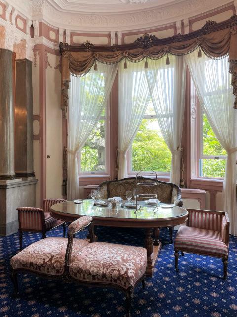 「迎賓の間」はロココ様式のお部屋です。