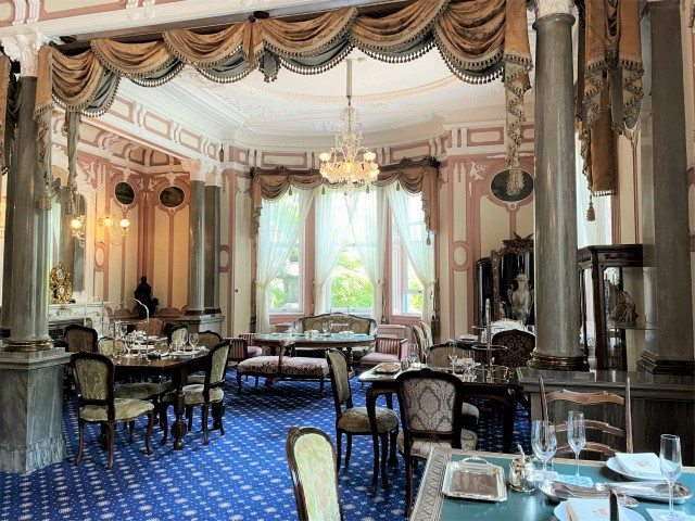 玄関の右手にある「迎賓の間」。通常のアフタヌーンティーをいただくお部屋です。もともとはご婦人方のためのドローイングルームとして使われていたお部屋。