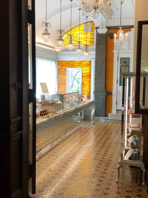 玄関の向かいには長楽館ブティック。こちらは以前はサンルームだったお部屋だそうです。