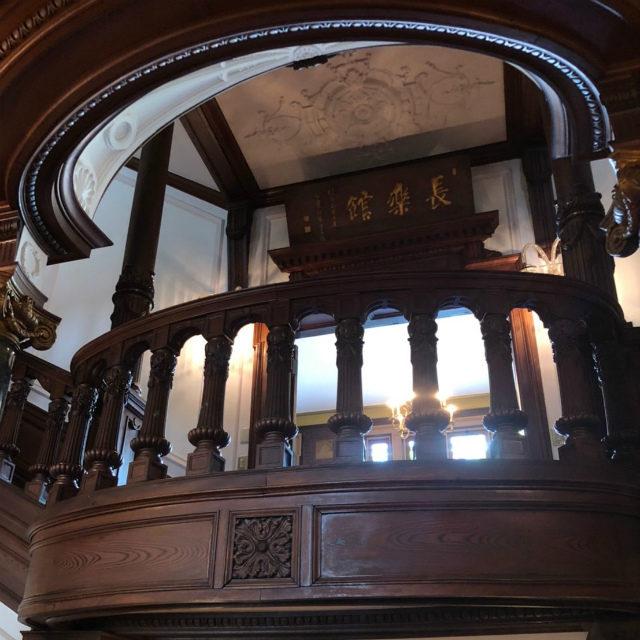 中二階にあるお部屋の前に長楽館の扇額がありました。