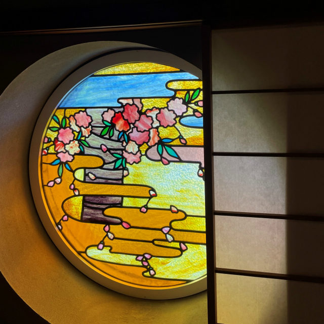 左のステンドグラスには春の風景が