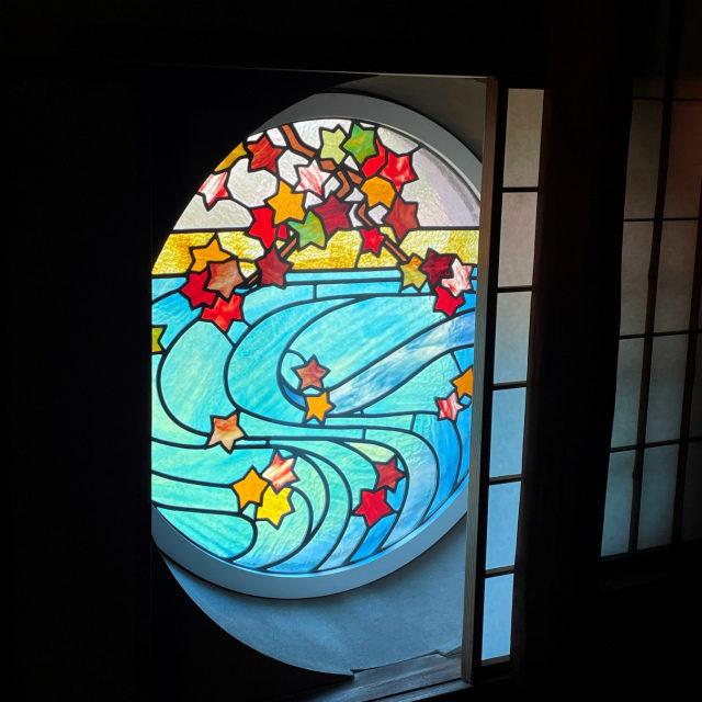右のステンドグラスには秋の風景が描かれています。