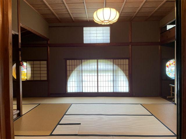こちらは中3階にある「長楽庵」と名付けられたお茶室。表千家にある書院形式の「残月亭」の写しと伝えられているそうです。