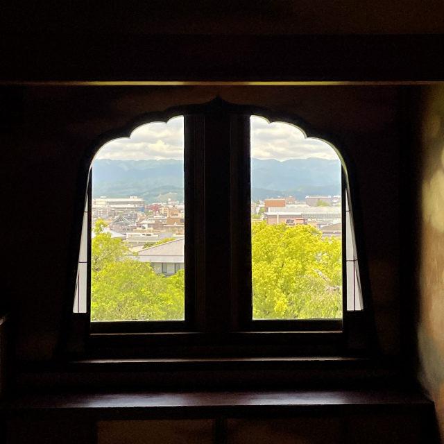 飾り窓からの眺望。ここは「貴婦人の間」のちょうど真上にあるので、同じく円山公園と東山が眺めます。