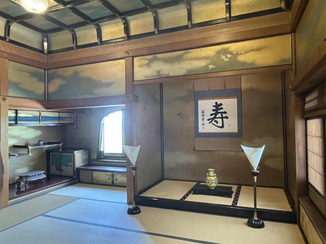 こちらは3Fの「御成の間」日本建築のなかでも最も格式のある「書院造」で床の間、付書院、飾り窓などがあります。