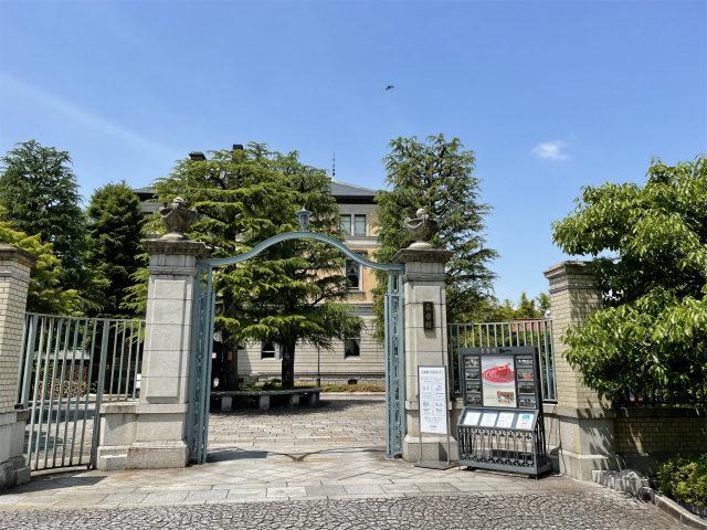 長楽館の入り口、立派な門のある洋館です。