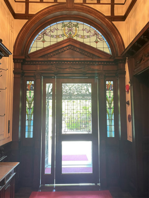 長楽館の玄関を内側から見たところ、ステンドグラスが美しいです。