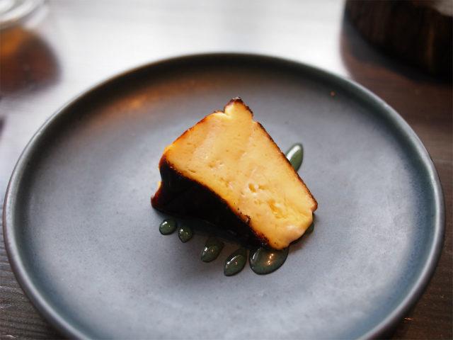 カマンベールのガトーフロマージュ塩気のあるカマンベールに瀬尾さんのハチミツをかけて、セイボリーのようなスイーツのような味を楽しめます。