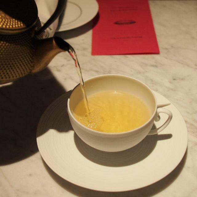 ワンナイト イン キョウトチェリー、洋ナシ、タンジェリンを加えた緑茶のフレーバーティー フォションホテル京都のオープン記念として京都の夜を過ごすために作られたお茶