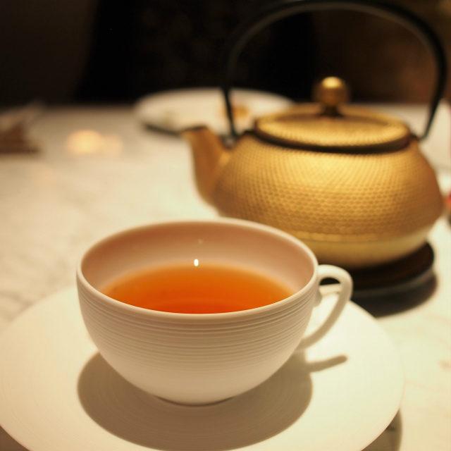 サンドマンハーブティールイボス、カモミール、バーベナのブレンドティーにハチミツとキャラメルのフレーバーを付けたお茶