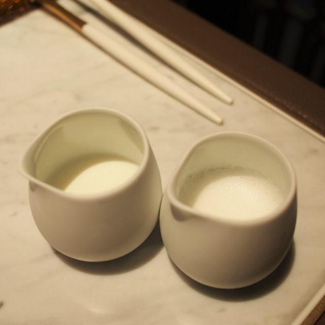左が冷たいミルク、右が温めたミルク