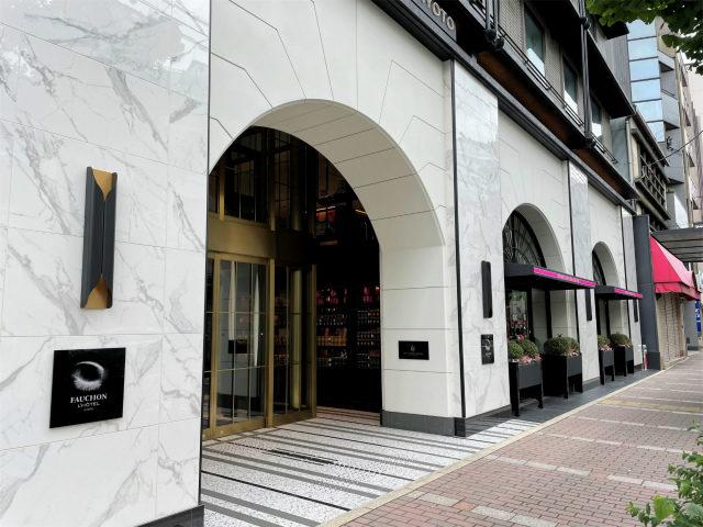 外観全体だとビジネスホテルっぽいけど、1Fのエントランス付近はフォションらしいイメージ。