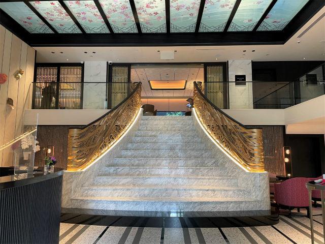 入り口を入るとゴージャスな階段がありました!
