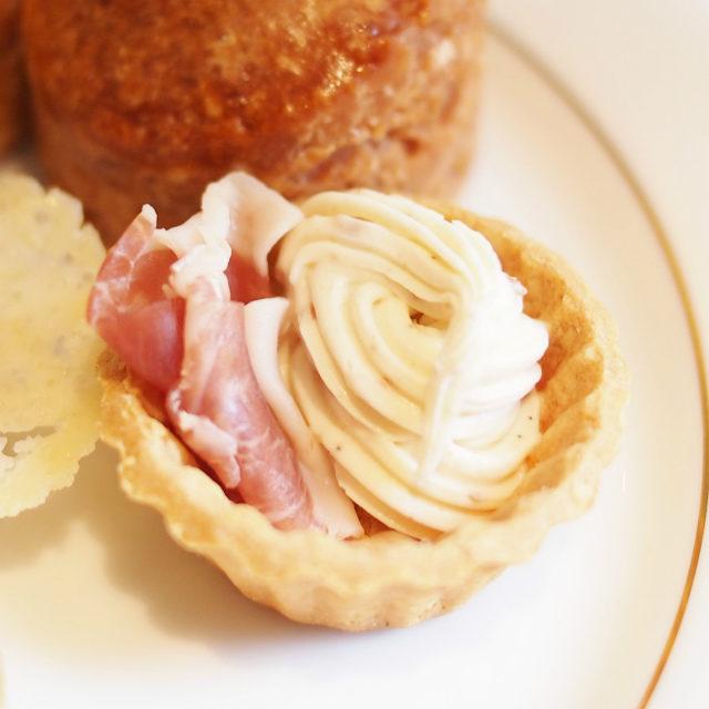 生ハムとバラ風味のクリームチーズタルト