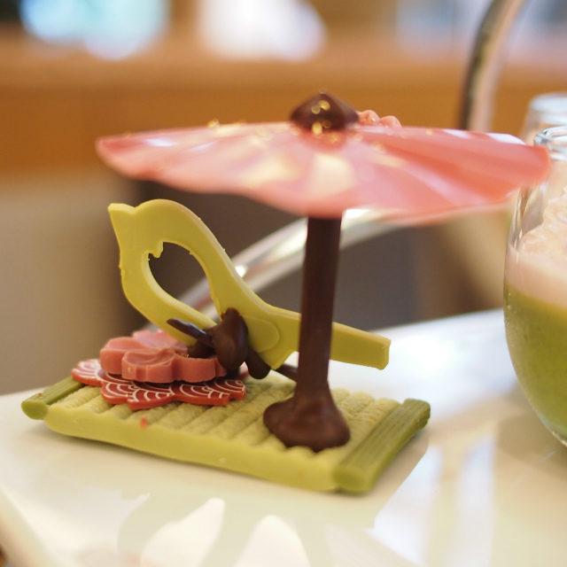 チョコレート細工和傘と鶯をモチーフにしたチョコレート細工。畳の部分も芸が細かい!