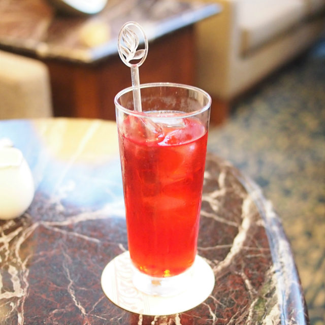 ローズヒップ&ハイビスカスロイヤルパークホテルではどの紅茶もアイスティーにしてもらえます。