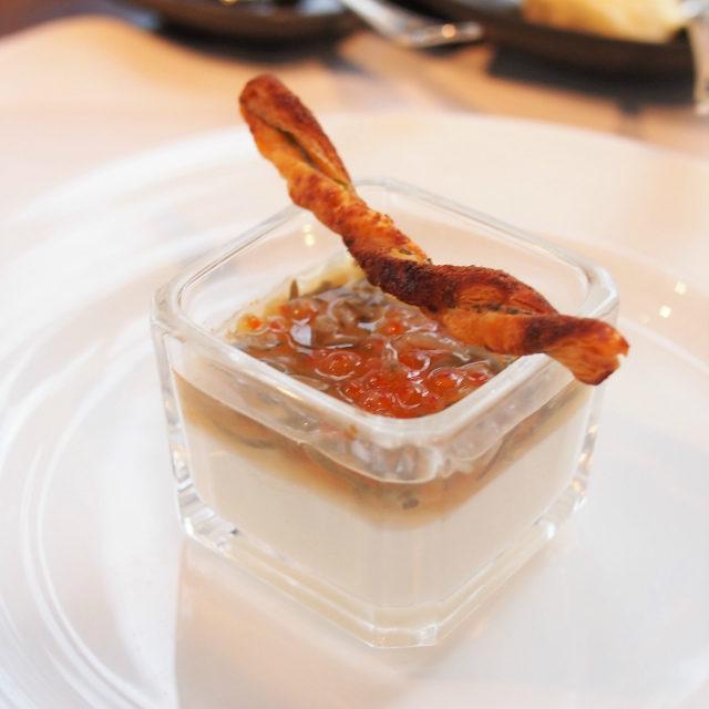 帆立ムース ジュンサイとポン酢にトラウトキャビア シラスのアクセント 大葉スティックパイを添えて