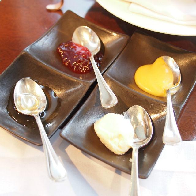 スプレッドはハチミツ、イチゴジャム、クロテッドクリーム、アプリコットクリーム