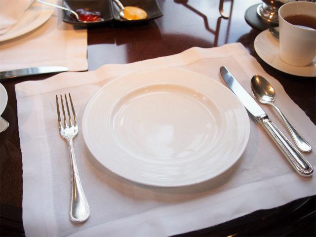 取り皿はNIKKO カトラリーはSambonet(伊)のPERLESシリーズ