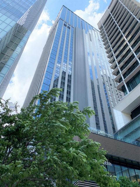 シャングリ・ラ ホテル東京が入っている丸の内トラストタワー本館の外観