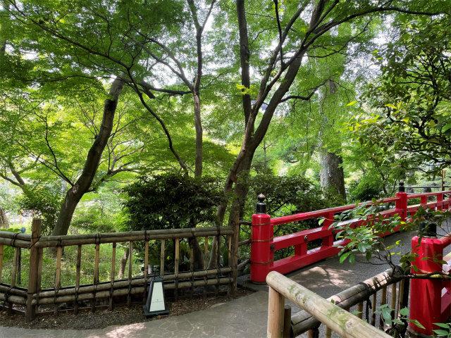 ホテルを出て庭園に向かうと、近くには弁慶橋があります。