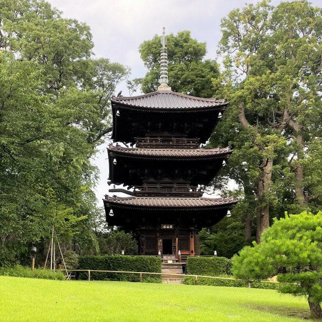 三重塔まであり、塔の中には聖観世音菩薩様が祀られています。
