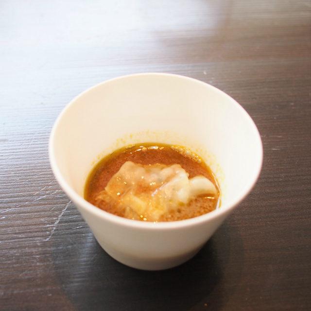 ラム肉のワンタンスープエスニックな味付けのワンタンスープ