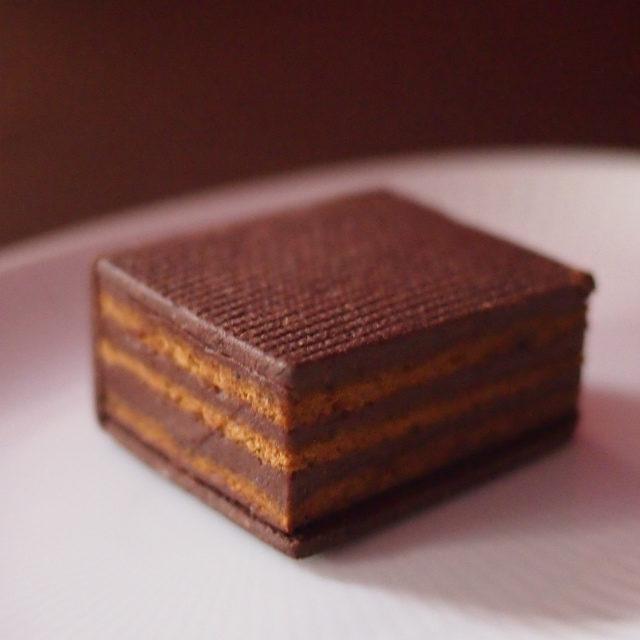 クラフタフルオペラは9層のオペラをコーヒー風味のサブレで挟んだものです。