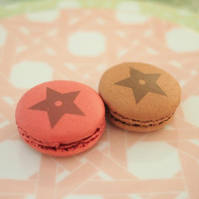 星柄のマカロンはショコラ・フリュイ ルージュ(左)とトンカ(右)